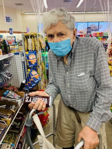 Старик тайком нарушил карантин ради шоколадки. Но ему ничего за это не будет, ведь его мотивацией была любовь