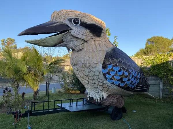 Австралиец развлёк соседей автоприцепом в виде птицы. Но иностранцам не по себе - она орёт, будто мы уже в аду