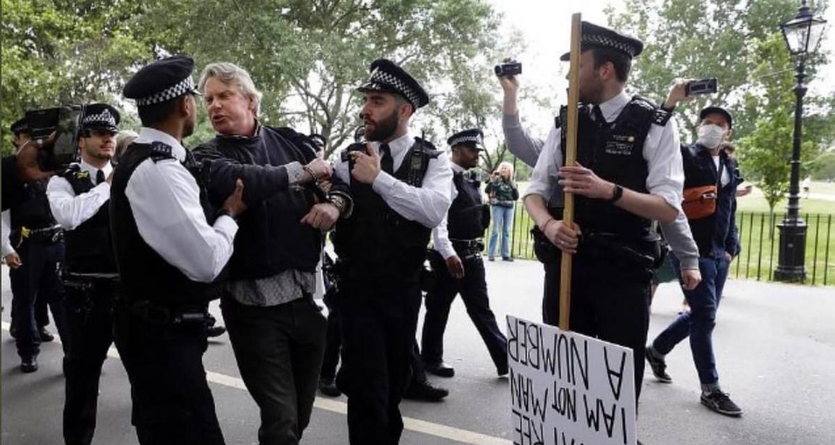 Противник карантина стал посмешищем из-за пафосного плаката. Он перемудрил с оформлением, и вышло как в мемах