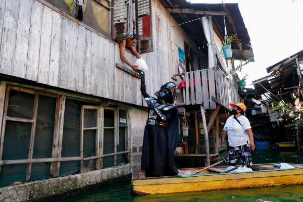 Дарт Вейдер на лодке развёз жителям деревни консервы и рис. Так филиппинские чиновники показали - с ними Сила