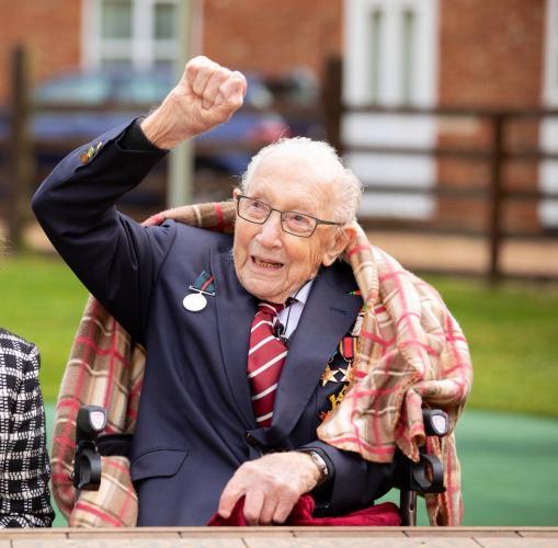 98-летняя ветеран войны завела блог на ютубе, чтобы помочь врачам. Её вдохновением был незнакомец из Англии