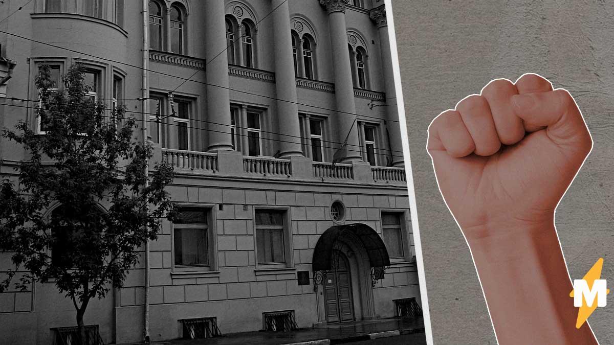Мигранты из Киргизии осаждают посольство в Москве. Консул не исключает, что на него могут напасть