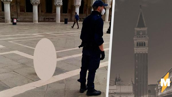 На площади в Венеции появился бетонный пенис. И так просто от него уже не избавиться