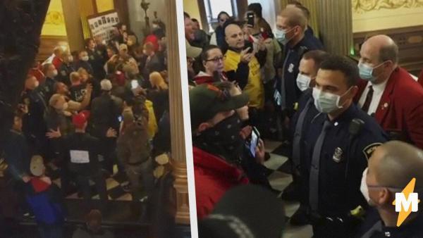 На видео из Мичигана демонстранты с оружием вошли в здание правительства. Они требовали отменить карантин