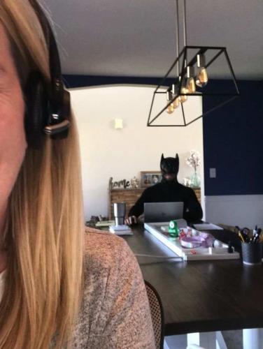 Коллеги часто звонят через Zoom женщине, но не по работе. Ведь у неё за спиной происходит кое-что поинтереснее