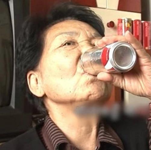 Бабуля потеряла семью и запила, но не горько. Уже 40 лет она лечит душу лишь колой, а лекарства ей не нужны
