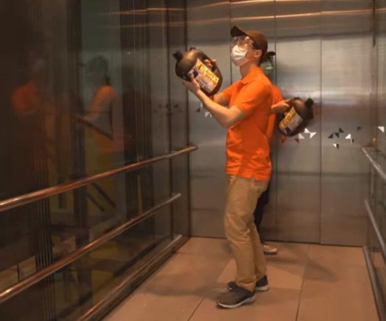 Какими станут перелёты после пандемии. Гонконгский аэропорт показал, что нас ждёт довольно криповое будущее