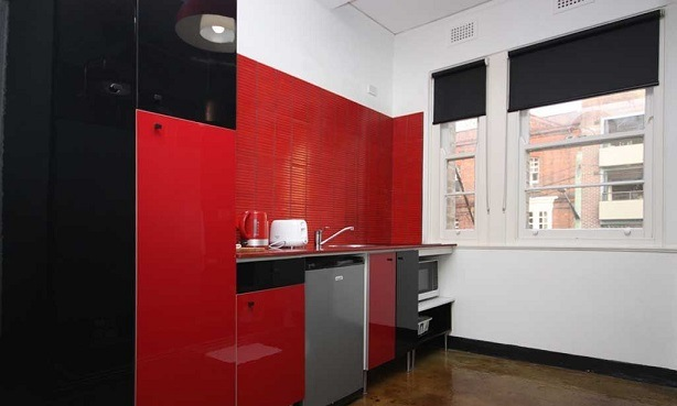 Риелтор показал квартиру и привлёк людей. Но те не хотят снять её, а желают хозяину тюрьмы из-за кухни-туалета
