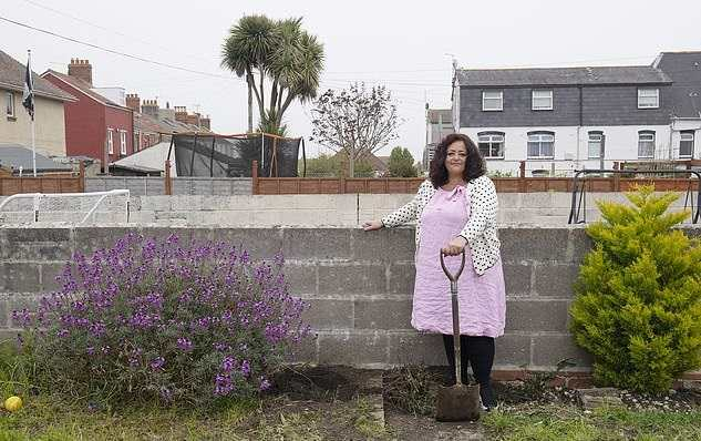 Женщина выкапывала сорняки и нашла клад. Но удача сделала её не богатой, а живой - за находкой приехали войска