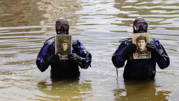 Орловские водолазы прошлись по дну Оки с портретами героев. Такой «Бессмертный полк» люди назвали «дном»