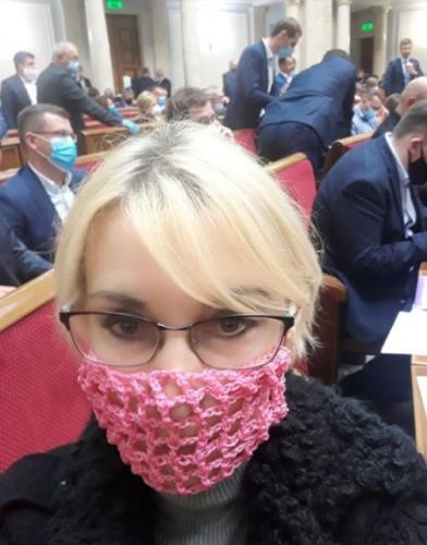 Иностранцы увидели депутата Рады в самодельной маске. Так и работает естественный отбор, решили они
