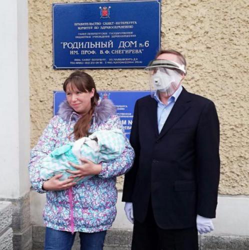 Губернатор Петербурга облачился в средства защиты, посещая роддом. Но вышел мем-киберпанк и блюдо для троллей