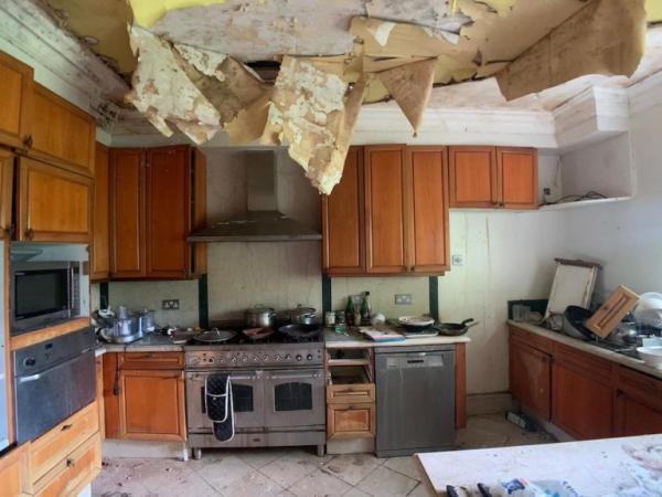 Мужчина нашёл заброшенный дом, а внутри него - загадка века