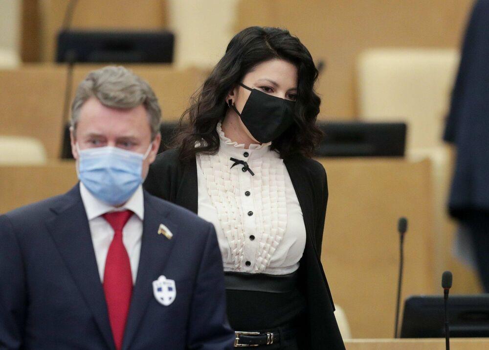 Депутаты Госдумы носят значки от коронавируса. На фото они выглядят эффектно, но болезнь явно не отпугивают