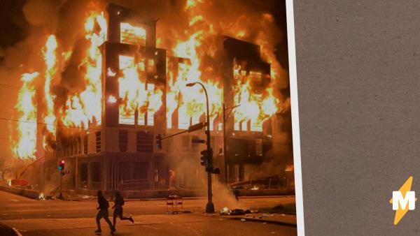 На видео из Миннеаполиса пожар охватил целый квартал. Бунты начались после убийства полицейскими чернокожего