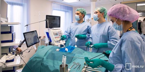"""Коронавирус обзавёлся ещё одним пугающим симптомом. Это """"острый живот"""", от которого спасёт только операция"""