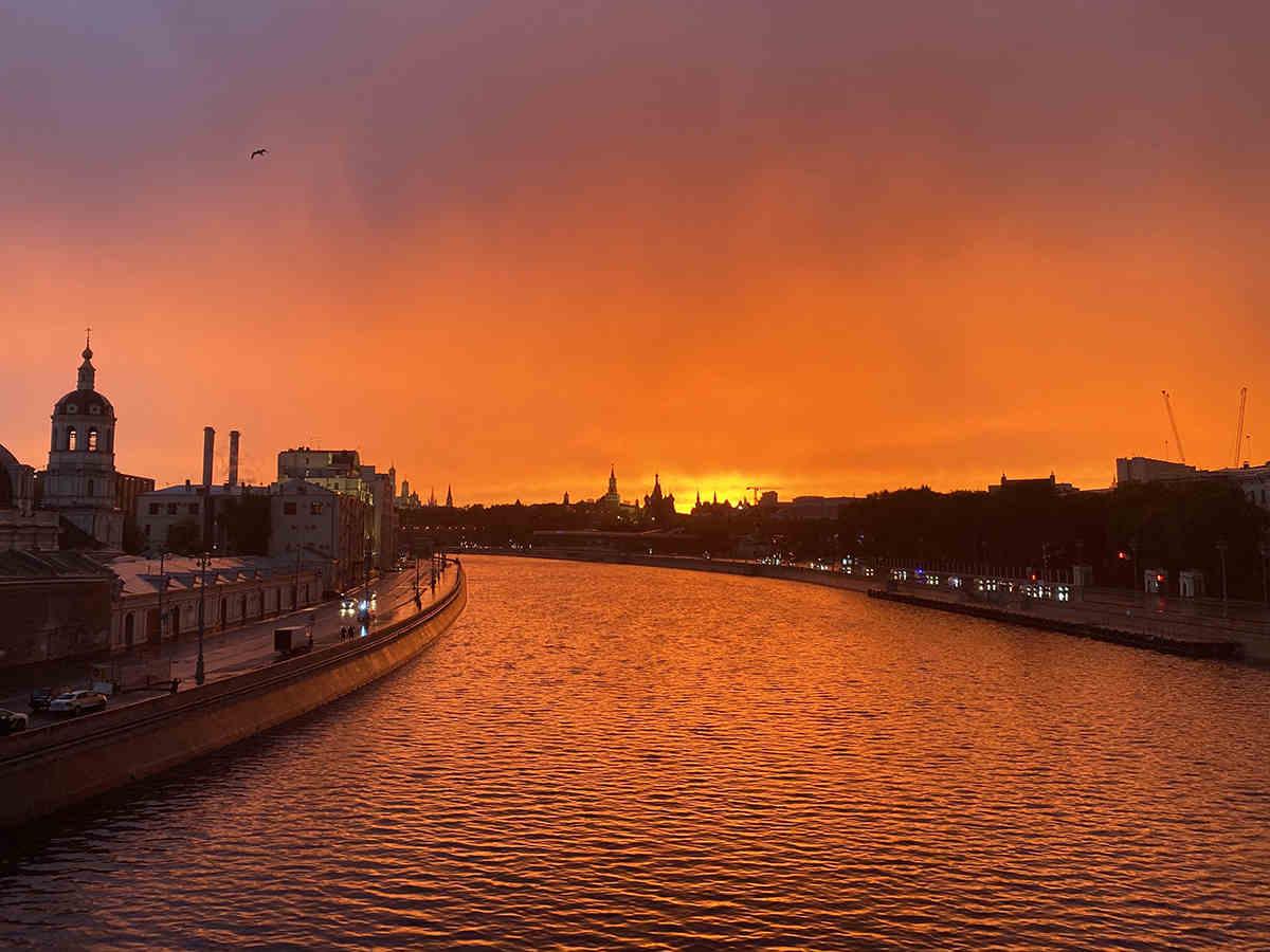 Огненные закаты в Москве выглядели как магия, но астрономы дали им объяснение. Простое, но завораживающее