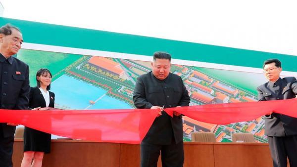 """Загадочное пятно на руке """"воскревшего"""" Ким Чен Ына породило шутки и теорию заговора в Сети."""