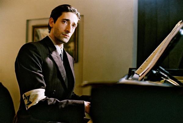 Сын сказал отцу, что хочет играть на пианино, а тот его затроллил. Но парень вырос и доказал - батя зря шутил