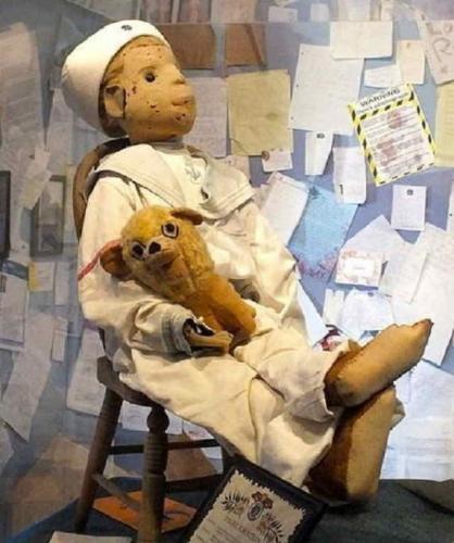 Люди массово извиняются перед куклой Робертом. Они верят: игрушка проклинает онлайн, и уже ищут пикчу-оберег