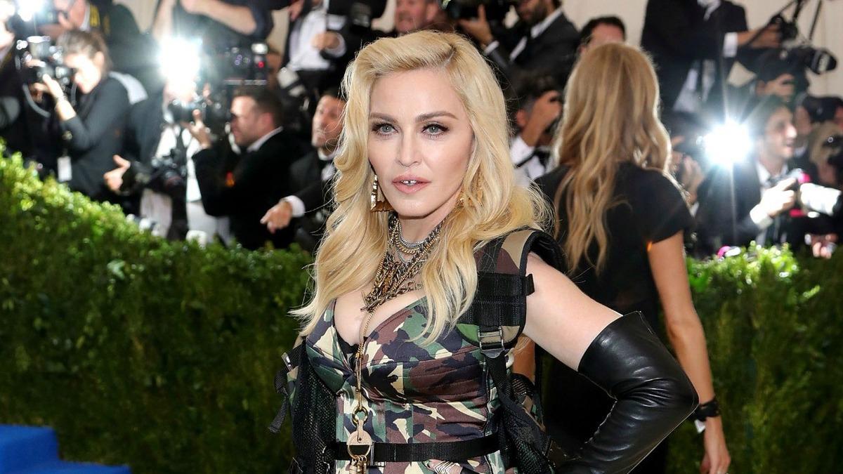 Мадонна заявила, что выработала антитела к COVID-19. Учёные сомневаются, а фаны думают, что она сошла с ума