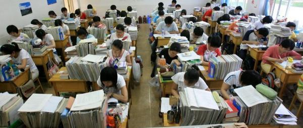 Везению школьников из Китая не позавидуешь. На смену странной форме пришло новое испытание - книги на голове