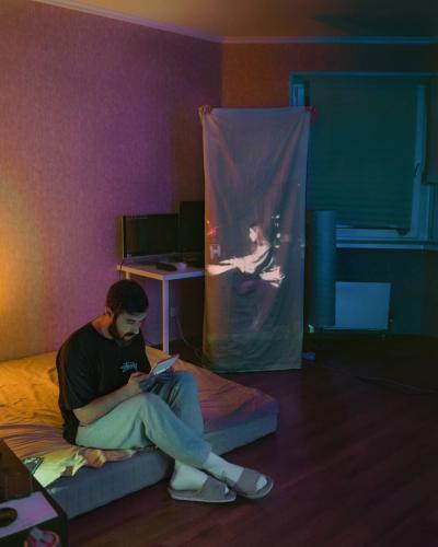 Художник через проектор показал всю боль ограничений. Люди не сдержали эмоций и раскрыли ему свои тайны