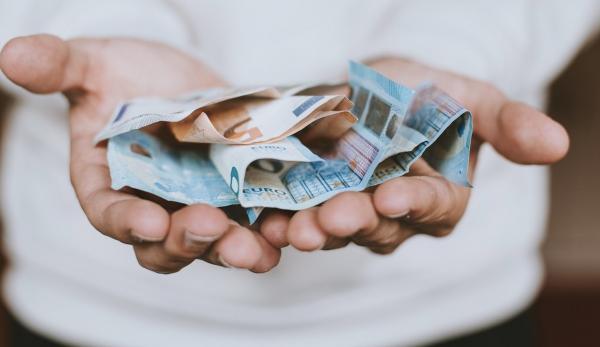 Учёные выяснили, что будет, если давать людям деньги просто так. Но в результаты эксперимента верится не всем