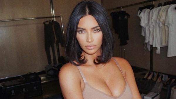 Ким Кардашьян выпустила защитные маски от своего бренда SKIMS. Люди купили товар, но обвинили в расизме