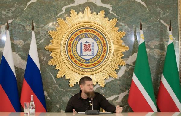 У Кадырова на видео из инстаграма СМИ заметили катетер. Глава Чечни прятал руку, но в один момент забылся