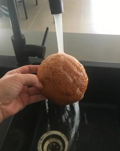 Как превратить чёрствый хлеб в свежую булку? Женщина сделала это одним движением, и так сможет каждый