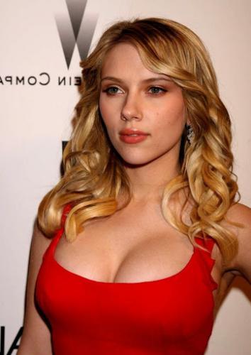 Люди увидели, как юную Скарлетт Йоханссон трогают за грудь. На видео все смеются, но от него становится больно