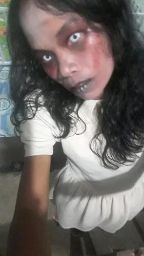 Женщина продаёт одежду в криповом зомби-гриме. Но её мейкап - ничто в сравнении с историей происхождения вещей