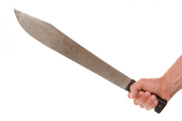 Парень ограбил незнакомца и сфейлился. Он не смог избавиться от орудия преступления - оно было у него на лице
