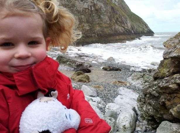 Девочка пошла на пляж и никогда не забудет эту прогулку. Ещё бы - на берегу она повстречала морского дьявола