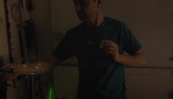 Украинец показал, как управляет мыльными пузырями, и напугал иностранцев. Такие игры они сочли уже не детскими