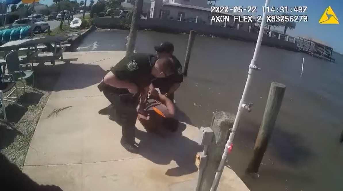 Преступник успешно скрывался от копов, но сам ускорил свой арест. Вести для друзей стрим в бегах было ошибкой