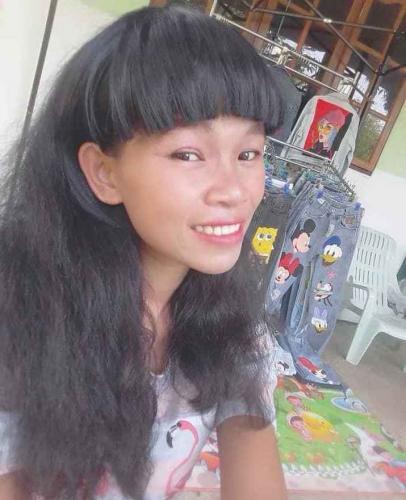 Девушка продаёт одежду в криповом зомби-гриме. Но её мейкап - ничто в сравнении с историей происхождения вещей