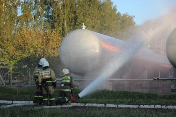В Казани - режим ЧС, но виноват не коронавирус. После взрыва в городе всю ночь горело газовое хранилище