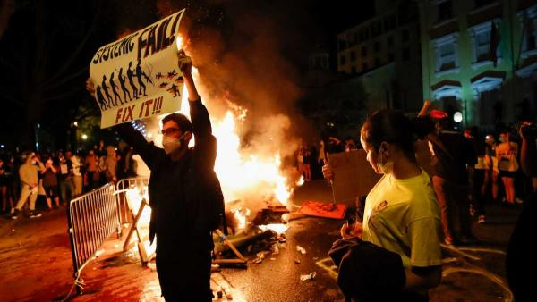 Белый дом погрузился во тьму. Протесты в США добрались до столицы – и на видео из Вашингтона всё в огне
