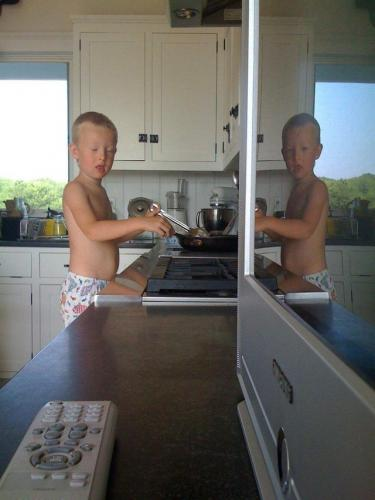 Отец показал фото сына, где он отражается в зеркале. Но одна деталь убедила людей, что мальчик - призрак