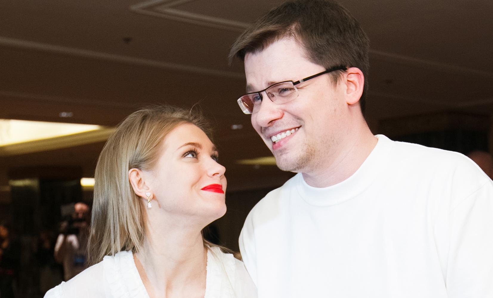 """Развод Харламова и Асмус оказался розыгрышем. Тролли, шутившие про фильм """"Текст"""", сами оказались затроллены"""