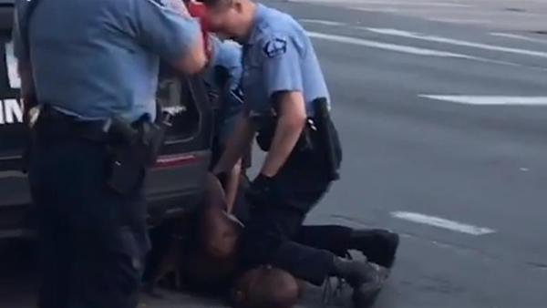 Люди с удивлением смотрят на лица полицейских, арестованных из-за смерти Флойда. Одного из них им ужасно жаль