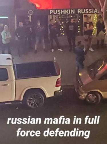 По Сети расходится фото с «русской мафией» из США. Они защищают от погромов ресторан с самым русским названием