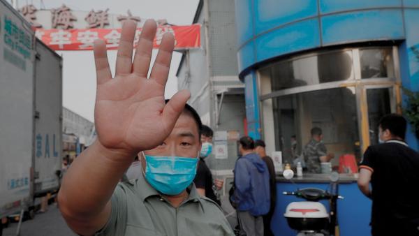 Рынок в Китае снова в центре паники. Коронавирус пришли устрашать солдаты – но пока видео пугает только нас
