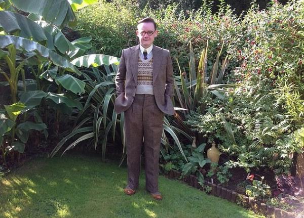 Британец живёт в 40-х годах XX века. И он не путешественник во времени, а коллекционер и любитель стиля ретро