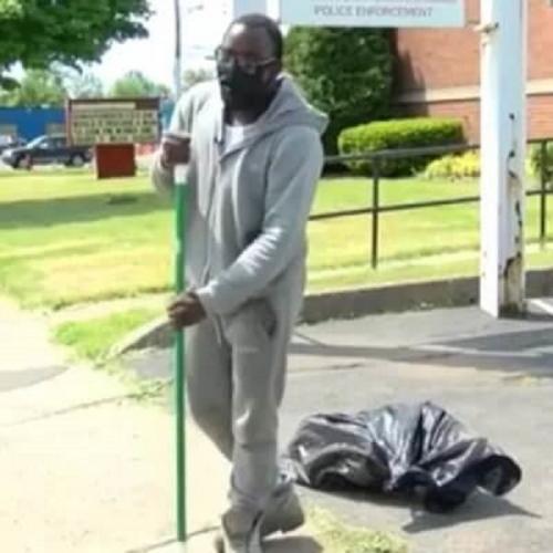 Школьник в одиночку убрал город после погромов и не пожалел. В награду мама отправила ему подарок с того света