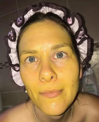 Дочь сделала маме полезную маску для лица, но что-то пошло не так. И после неё женщина превратилась в Симпсона