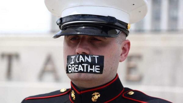 Военный поддержал протесты и простоял три часа без движений. Люди нашли героя и следы от расплавленных ботинок