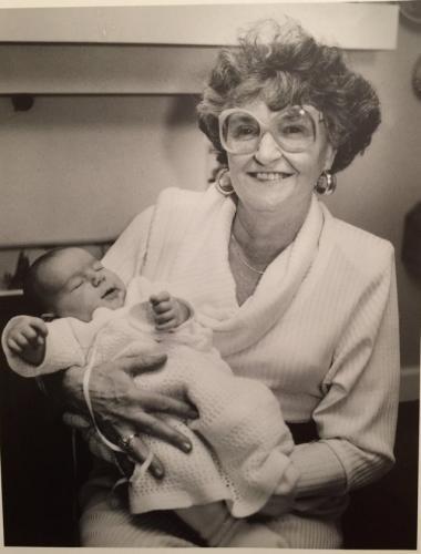Парень похвастался своей 100-летней бабушкой. А старушка встала в такую позу, что люди не верят своим глазам